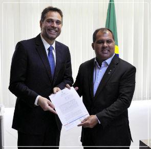 Diretor-presidente do Ipem-AM, engenheiro Márcio André Oliveira Brito, e o diretor-presidente da Ageman, Fábio Alho