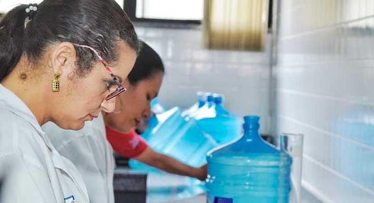 Técnicos do Ipem-AM analisam garrafões no laboratório do instituto
