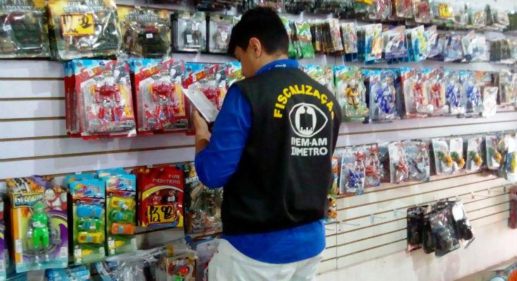 Operação 'Brinquedo Seguro' fiscaliza e autua lojas de brinquedos em Manaus