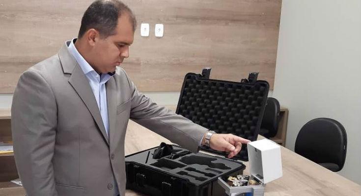 Diretor-presidente do Ipem-AM, Márcio André Brito, verifica o novo equipamento